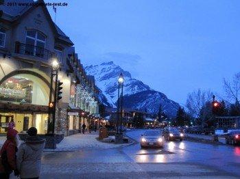 Die Banff Avenue in der Dämmerung - hier noch etwas ruhiger zu sehen, geht abends die Post ab.