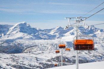 Sunshine Village ist Besitzer des ersten beheizten Sessellifts Kanadas. Der Teepee Town befördert stündlich bis zu 1,200 Skifahrer den Berg hinauf.