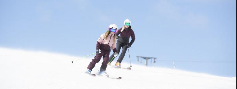 Das Skigebiet verfügt über breite blaue und rote Abfahrten.