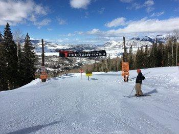 Der Hoot Brown Funkpark hat einen Intermediate- und einen Advanced-Bereich und bietet somit für fortgeschrittene Skifahrer und Pros genügend Fläche, um an ihren Stunts und Tricks zu üben.