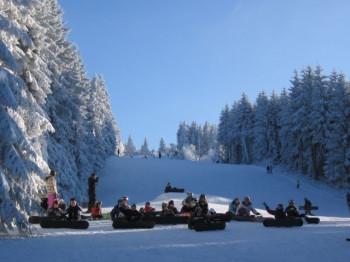 Snowboarder und Skifahrer finden im Skigebiet Thalfang Erbeskopf drei Abfahrtspisten und einen Übungshang.