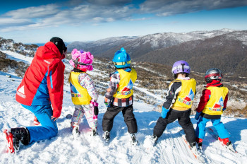 Der Nachwuchs wird von Skilehrern betreut.