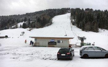 Der Parkplatz liegt direkt am Schlepplift in Hinterthiersee.