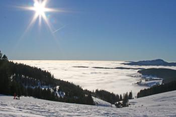 Traumhaft ist die Panoramaabfahrt mit Blick über das Nebelmeer.