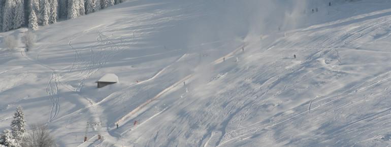 Beschneiung mit Schneilanzen und Schneeerzeugern