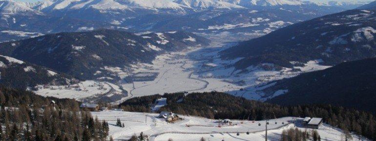 Blick auf die Kößlbacherhütte mit Niedere Tauern Panorama