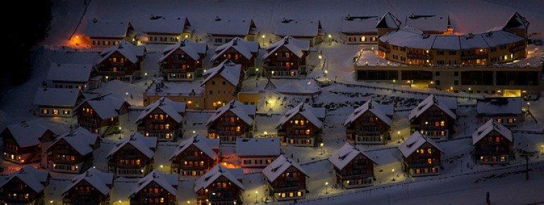 Blick auf die Marktgemeinde Rennweg am katschberg bei Nacht.