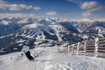 Blick auf die Piste und das herrliche Bergpanorama am Katschberg.