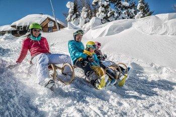 Nach dem Skifahren bietet sich eine lustige Schlittenfahrt mit der ganzen Familie an.