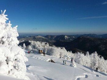 Ausblick vom Skigebiet Unterberg in die Wiener Alpen mit Schneeberg, Rax, Ötscher, Gippel und Göller.