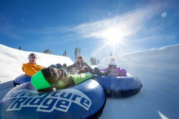 Snow Tubing im Adventure Ridge Park.
