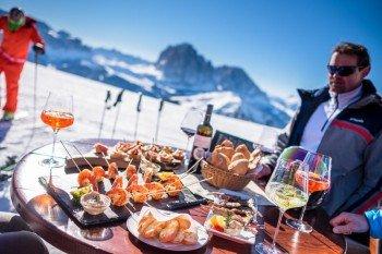 Ob Fisch, tiroler Spezialitäten oder italienische Küche - in Gröden ist für jeden Geschmack das Richtige dabei.
