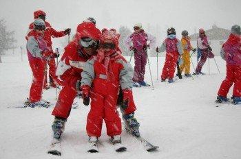 Kinder lernen im Piou-Piou-Club Skifahren.