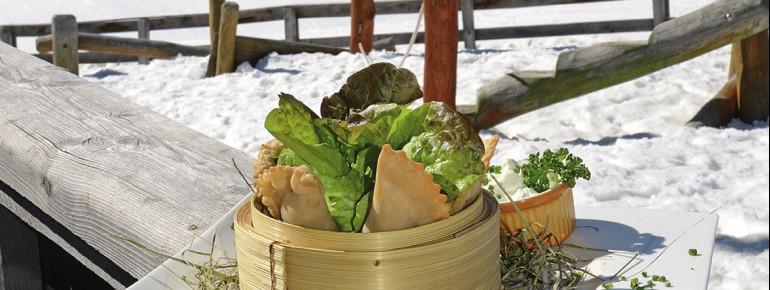 Unterhalb der Venet Gipfelhütte empfängt Sie die Zammer Alm mit lokalen Köstlichkeiten!