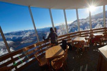 Die Glasfassade des Viharnik Restaurants ermöglicht einen grandiosen Rundumblick auf den Triglav Nationalpark.