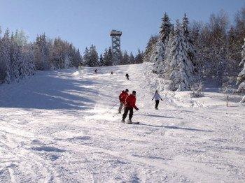Klein, aber trotzdem nicht langweilig ist das Skigebiet Oberfrauenwald bei Waldkirchen.