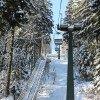 Ab der Bergstation des Sessellifts hat man die Wahl zwischen einer roten und einer blauen Abfahrt.