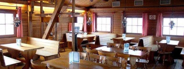 In der gemütlichen Skihütte lässt es sich zwischen den Abfahrten bei einem Heißgetränk durchatmen.