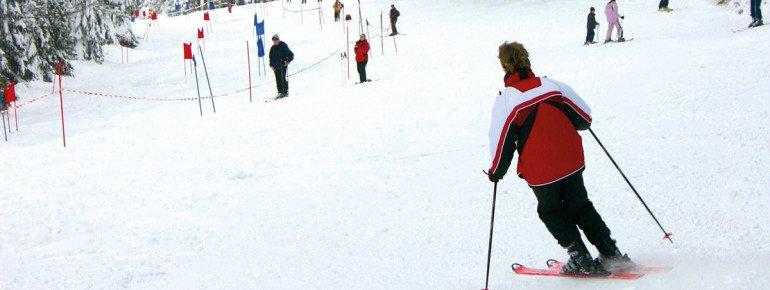 Die Öffnungszeiten des Skigebiets sind abhängig von den Wetterverhältnissen. An verschneiten Tagen wie hier auf dem Foto geht es daher sofort ab auf die Piste!