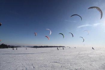 Dutzende Snowkiter versammeln sich im Skigebeit Wasserkuppe um die optimalen Windverhältnisse zu nutzen.