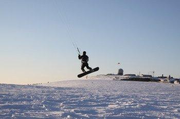 Über die Piste lässt sich dieser Snowkiter vom Wind heben. Ein unbeschreibliches Abenteuer!