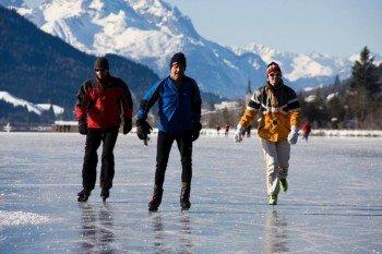 Bei dieser beeindruckenden Bergkulisse macht Eislaufen gleich noch mehr Spaß!