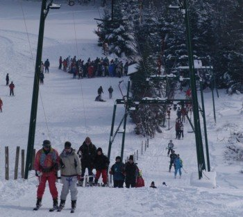 Der Ankerlift im Skigebiet Weißer Stein bei Hellenthal in der Eifel transportiert Wintersportler nach oben.