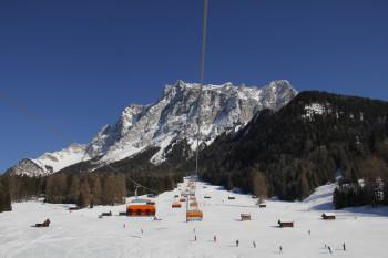 Skifahren mit Traumpanorama kann man in Ehrwald am Fuße der Zugspitze