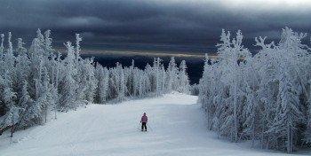 Pisten für alle Könnerstufen führen durch die Winterlandschaft.