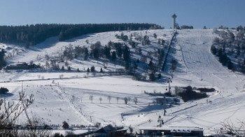 Winterliche Aussicht auf die Wilddieblifte und die Ettelsberg Seilbahn im Skigebiet Willingen im Sauerland.