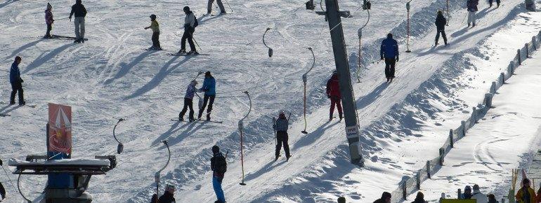 Die Piste Dorfwiese im Skigebiet Willingen eignet sich optimal für erste Skiversuche.