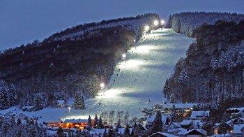 Dank Flutlicht kann man am Sonnenlift bis in die späten Abendstunden Skifahren.