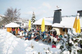 Im Skigebiet trifft man auf einige Skihütten, so zum Beispiel die Vis á Vis Hütte direkt an der Piste am Sonnenlift.