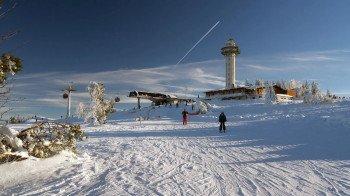 Von der Bergstation der Ettelsberg-Seilbahn im Skigebiet Willingen geht es die 2 Kilometer lange Abfahrt hinunter ins Tal.