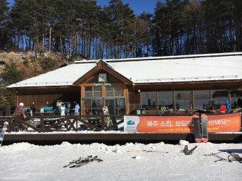 Im Green Snack gibt es zahlreiche kleine Snacks für die Wintersportler.