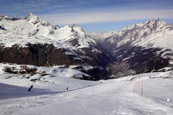 """Blick von der Abfahrt """"Sandiger Boden - Nr 63"""" ins Tal nach Zermatt"""
