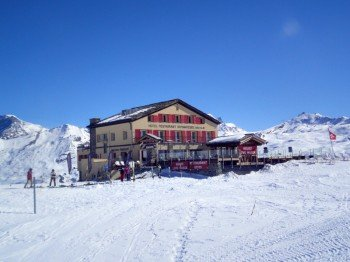 Es gibt zwar Hütten mit mehr Charme im Skigebiet, auf der Sonnenterasse des Restaurant Schwarzsee scheint das Matterhorn aber zum Greifen nah.