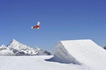 Snowboarder im Snowpark Zermatt