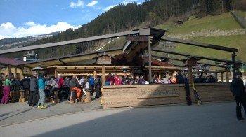 Sonne tanken nach dem Skifahren im Saustadl