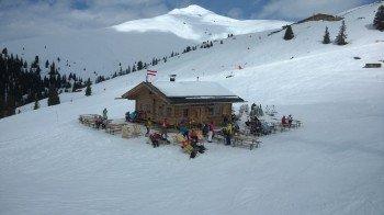 Einfach aber schön: Berghütte mit Sonnenterasse an der Bergstation des Fussalm-X-Press