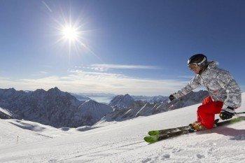 Bis Anfang Mai kann man auf der Zugspitze Ski fahren.
