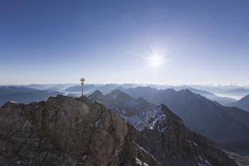 Von der Dachterrasse der Bergstation hat man einen tollen Rundumblick und sieht auch das goldene Gipfelkreuz der Zugspitze.