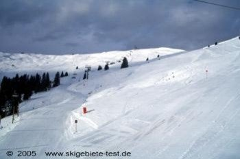 Most flat spaces in the resort still have a gentle gradient, so snowboarders only rarely need to take off their board.