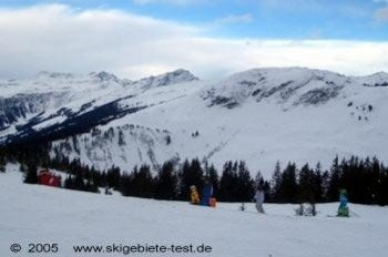 Accompanied by their parents, children can manage most of the blue marked slopes in the resort!