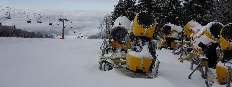 Bei schlechter Naturschneelage steht eine Armada mobiler Schneekanonen bereit