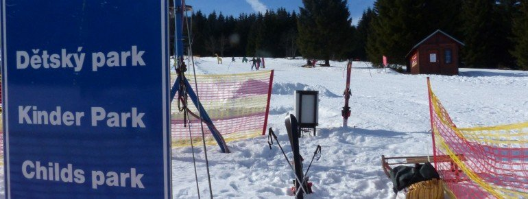 Das Kinderland im Skigebiet ist gut zu erreichen und bietet eine kleine aber feine Übungsstrecke für die Kleinen