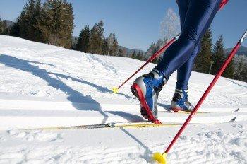Klassischer Langlauf durch den Winterwald