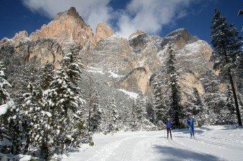 Langlaufen vor traumhafter Dolomiten-Kulisse - das ist im Südtiroler Alta Badia möglich.