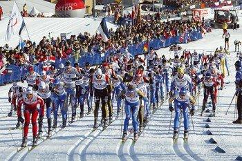 Beim Marcialonga-Rennen gehen hunderte Langläufer an den Start