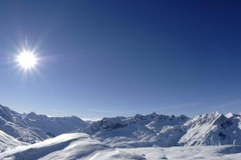 Auf der Höhenloipe genießt man ein tolles Panorama der Arlberger Bergwelt